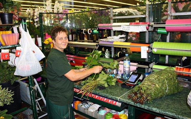 Spürt die Unterstützung: Blumenverkäuferin Claudia merkt, dass in letzter Zeit noch mehr Kunden beim Stand einkaufen.
