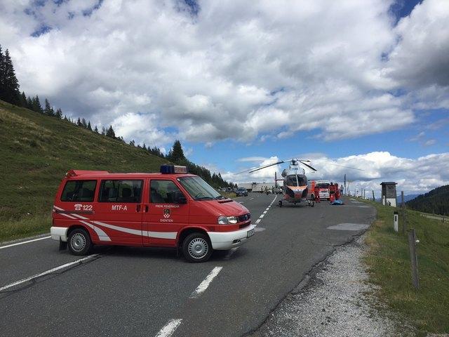 Für den Hubschrauberzinssatz musste die Straße gesperrt werden. Im Einsatz war dabei die FF Dienten.
