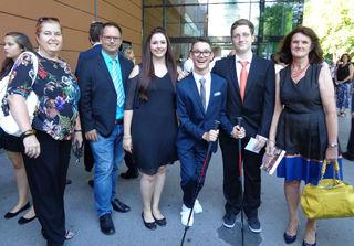Die Ausbildner Sabine Kröss-Tunner (l.), Andreas Wörgetter (2.v.l.) und Brigitte Krampl (r.) mit ihren ausgezeichneten, kaufmännischen Lehrlingen Selina Strassegger (3.v.l.), Manuel Schwaiger (3.v.r.) und Manuel Kiefer (2.v.r.)