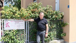 Helmut Buchacher vor dem Eltern-Kind-Zentrum am Rapoldipark, das zur Schutzzone werden soll.