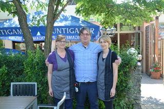 """Monika, Willi und Daniela Jandl – sie """"schupfen"""" den Steckerlfisch in Weiden am See."""