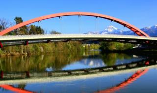 Der Alko-Lenker prallte gegen einen Pfeiler der Friedensbrücke