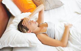 Fieber und Schmerzen im Oberbauch können Symptome einer Hepatitis-C-Infektion sein.