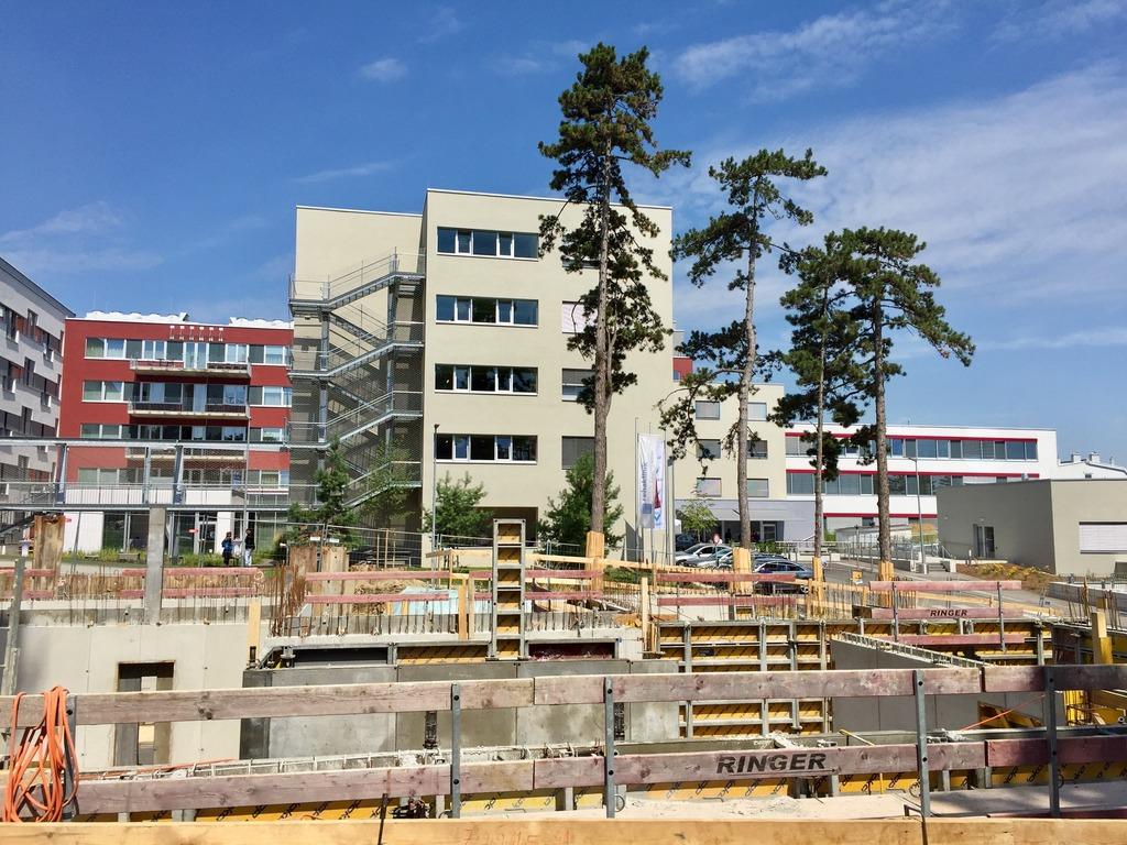 Der Ausbau der Rehaklinik ist abgeschlossen. Direkt daneben laufen die Arbeiten für insgesamt 62 Wohnungen.