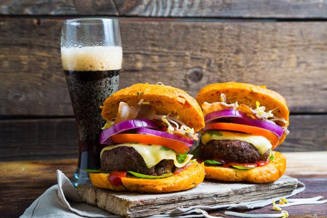 Eine ungesunde Ernährung kann zu Fettleber führen.
