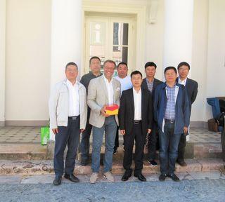 Die Delegation aus der Provinz Zhejiang mit Tourismusdirektor Robert Herzog vor der Trinkhalle in Bad Ischl.