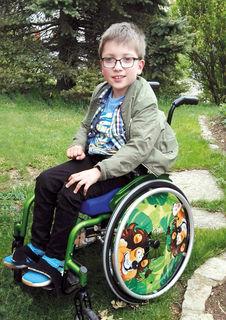 Niklas sitzt im Rollstuhl und ist auf Unterstützung angewiesen. Am 26. Juli findet in Gratkorn ein Benefiz für ihn statt.