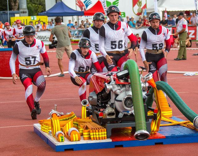 Die Sportwettkampfgruppe Frankenburg beim Löschangriff.