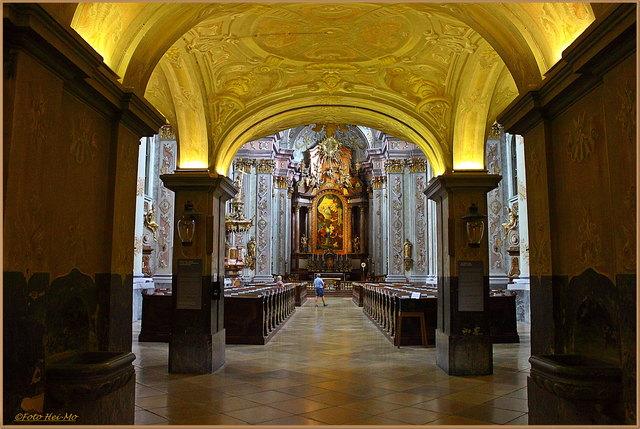 Der Eingangsbereich in die Stiftskirche