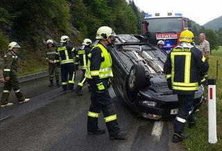 In Schwerbachgegend krachte ein Autofahrer am Samstag gegen eine Hecke und ein Verkehrsschild.
