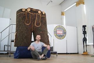 """Alfred Bley stellt seine Holzskulpturen in der Ischler Trinkhalle aus – darunter auch riesige """"Holzlederhosen""""."""