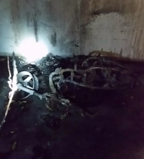 Dsa völlig abgebrannte Moped im Keller des Hauses