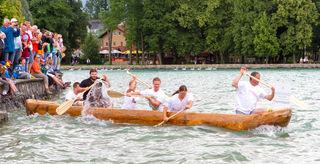 Die Einbaumregatta ist das absolute Highlight des Pfahlbau-Seefestes am 5. August auf der Promenade in Seewalchen am Attersee.