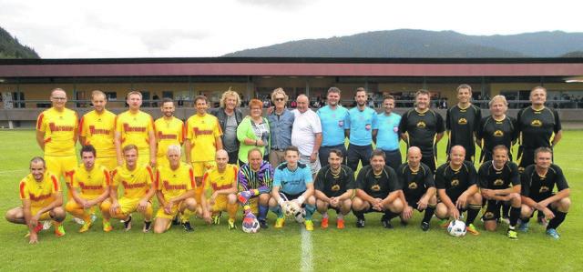 Hans Brunner-Gedenkturnier. Das Promi-Team (gelbe Dressen) sicherte sich den Turniersieg. Es gratulierten  u. a. Jogl und Charly Brunner, Organisator Walter Göpfart und die Oldies des SVU Murau.