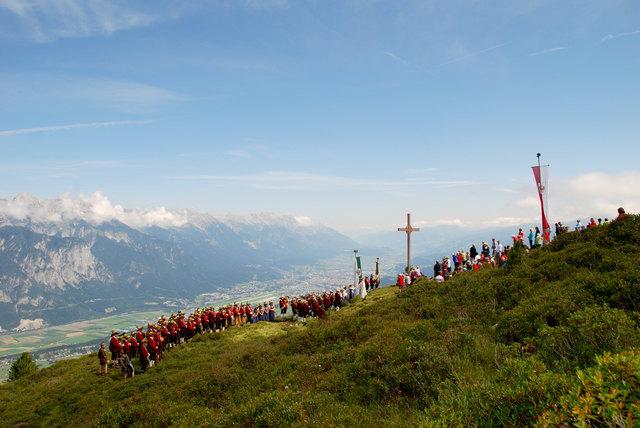Ein gewaltiger Ausblick und eine Bergmesse mit großer Tradition wartet am Sonntag auf der Figl in Grinzens!