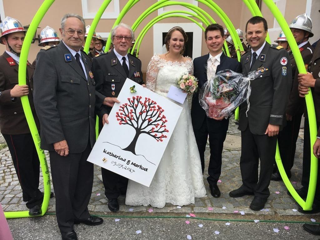 Ein Dreifaches Hoch Dem Brautpaar Hochzeit Beim Roten Kreuz