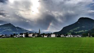 Diese tolle Wolkenstimmung konnte man am Dienstag früh in Kirchdorf in Tirol beobachten.