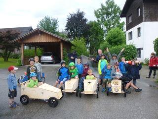 Auch beim Bau von Seifenkisten waren die Goiserer Kinder mit Spaß und Ehrgeiz dabei.