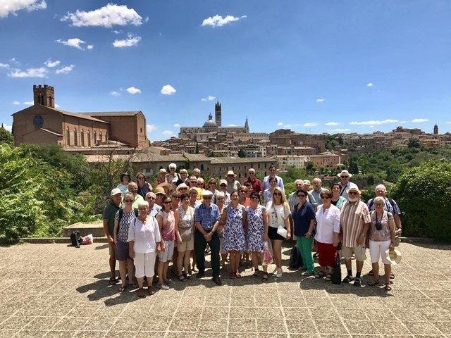 Was für eine Kulisse: Die Chorgemeinschaft Stainz in der Toskana.
