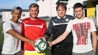 Trainer Jürgen Schatas (2.v.r.) mit den Neuen, Yannick Johnson, Oliver Holzinger und Heimkehrer Daniel Lettner (v.l.).