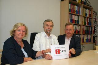 """""""Wenn´s weh tut – 1450 wählen"""" – im Bild NR Bgm. Angela Fichtinger, Primar Dr. Manfred Weissinger und LAbg. Franz Mold (v.l.)."""