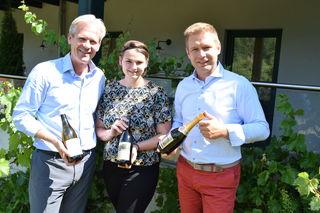 Karl Schwarz (Brauerei-Inhaber), Stephanie Thür und Christian Kolm (beide Hauptsache Wein) - v.l. - nach der Pressekonferenz.