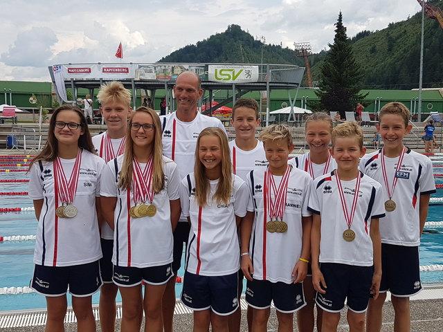 Trainer Tamás Plangár mit seiner erfolgreichen Truppe.
