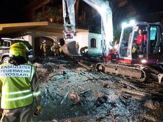 Eine Mure verlegte im Bereich Großellmau in Großarl die Straße, auch drei Wohnhäuser sind betroffen. Die Bilder der Feuerwehr Großarl zeigen das Ausmaß der Verwüstung.
