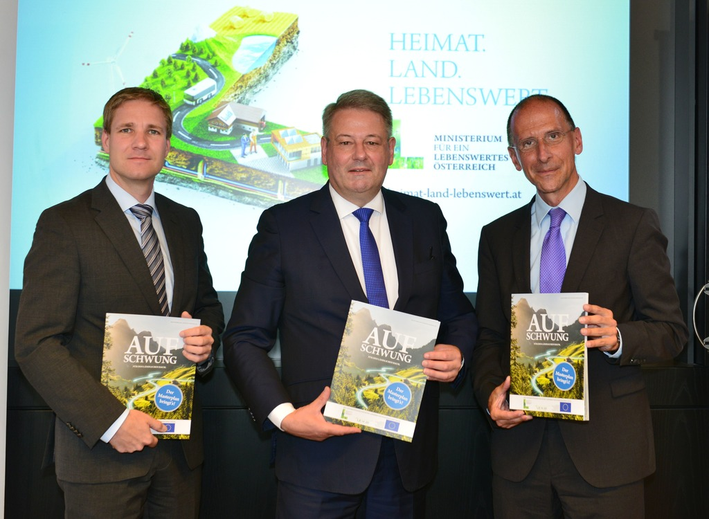 Bundesminister Andrä Rupprechter (Mitte) präsentiert gemeinsam mit dem Politologen Peter Filzmaier (re.) und Gottfried Haber von der Donau-Universität Krems den fertigen Masterplan für den ländlichen Raum.