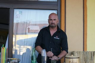 Barman-Meister Paul hochkonzentriert.