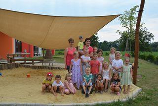 Oed-Öhlings Bürgermeisterin Michaela Hinterholzer mit den Kindern der Ferienbetreuung im neu errichteten Kindergarten.