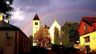 """Nach dem starken Platzregen am Abend vergangenen Sonntags über Klosterneuburg und Kierling wurde unser Regionaut Hans Ludwig am Kirchenplatz in Kierling an das bekannte Lied """"Over the Rainbow"""" erinnert."""