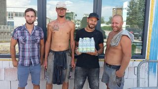 Achtung vor Flüssigkeitsmangel: Gewerkschaft-Bau-Holz-Sekretär Daniel Lachmayr, hier bei der Firma Zehetner Bau, verteilt Wasser.