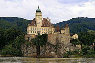 © Gerhard Singer ❖ Der Felsen, auf dem das Schloss Schönbühel erbaut wurde, ragt ein ganzes Stück weit in die Donau hinein.