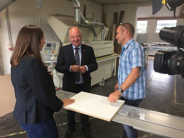 WKS-Präsident Konrad Steindl mit Tischlerunternehmer Fritz Schwab und Chefredakteurin Stefanie Schenker.