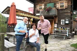 Die Hüttenwirte Ingrid und Sepp Aichholzer mit dem 3-Hauben-Koch Peter Zinter
