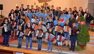 """Unter dem Motto """"In Gottes Garten"""" stand der Gottesdienst, der von den Musikschülern und dem Chor der VS West mitgestaltet wurde"""