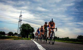 Rennradler dürfen auf der Straße fahren - auch nebeneinander - selbst wenn ein Radweg vorhanden ist