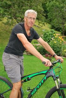 """Otmar Mitter auf seinem Fahrrad. Die Bewegung ist für ihn """"eine Sucht"""""""
