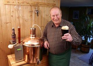 Der Hobby-Braumeister Fritz Melchert vor seiner echten Haus-Brauerei im Miniatur-Format.