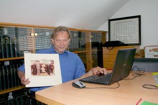 """Johannes Koller und sein Team arbeiten am lokalen Online-Archiv Maria Anzbachs. Am 3. September wird die """"Topothek"""" eröffnet."""