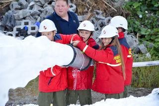 Die Kinder legten selbstständig Löschleitungen, um den Brand zu bekämpfen