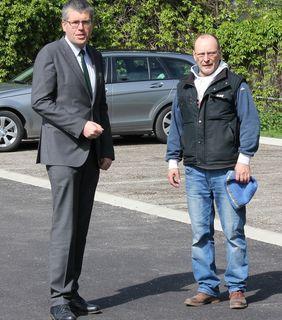 Bürgermeister Martin Schuster (links) und Wirtschaftshof-Leiter Franz Varga (re.) setzen bei Straßensanierungen auf neuartige Bitumenemulsionen.