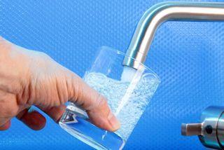 Bei heißen Temperaturen ist Leitungswasser ein günstiger und gesunder Durstlöscher!