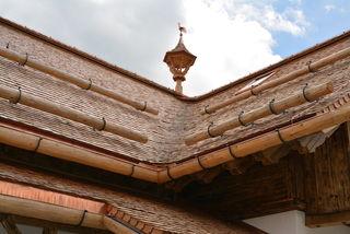 Zu sehen ist das Schindeldach der neuen Ludlalm.