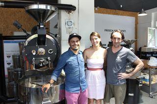 Gründer Cem Korkmaz mit seiner Frau Michaela und seinem Mitarbeiter Thomas vor der größten Röstmaschine im Hause Coffeekult