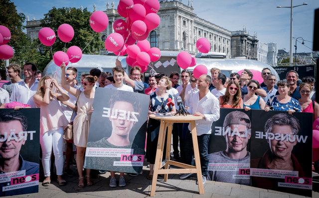 Auf der Sommertour bringen die NEOS ihre Inhalte zu den Menschen in ganz Österreich.