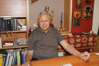 Monsignore Alois Luisser in seinem Heim: Den Blumenstrauß, über den er sich sehr freute, schenkte ihm eine Nachbarin.