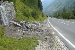 Die Mure im Bereich Weisslahngalerie vom Freitag war rasch geräumt, am Samstag wurde die Straße wieder überschwemmt.