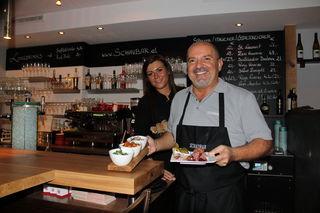 Bar-Chef Bobby und Livia überraschen ihre Gäste  mit Köstlichkeiten in den kleinen, weißen Gusto-Schalen.